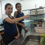 Alunos do 6º ano demonstram com experimentos a existência do ar.