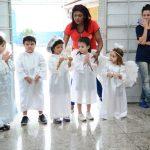 Uma recordação angelical! Educação Infantil faz oferta de flores para Nossa Senhora! Veja as fotos.